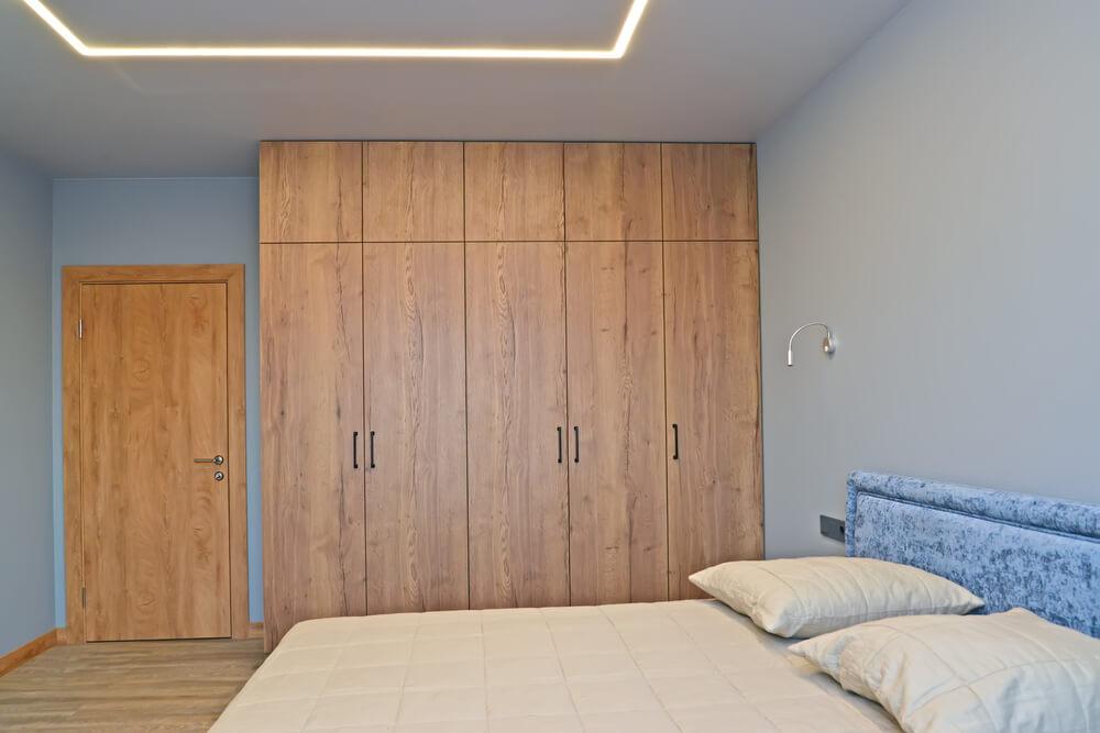 Дверь из дерева в спальной