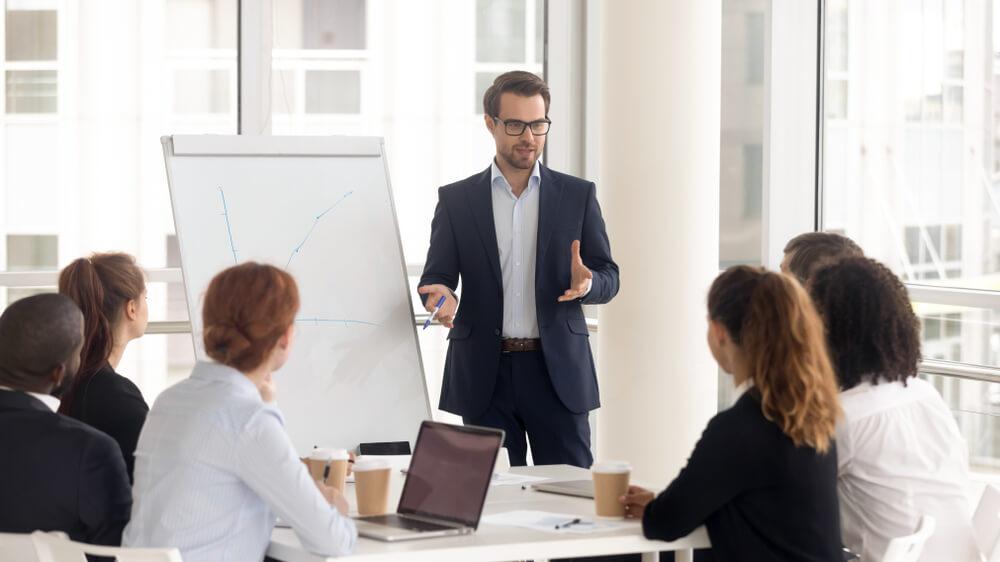 Руководитель компании обсуждает стратегию